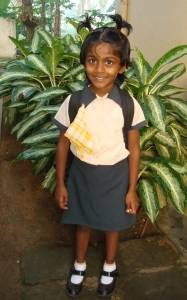 Nisansala in der Kindergartenuniform im Chathura-Kinderheim in Sri Lanka