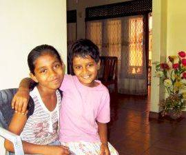Harshani und Tharushi im Chathura-Kinderheim in Sri Lanka